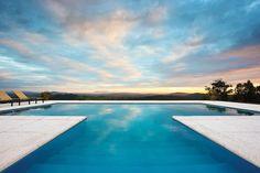Bom Dia Pessoal!!! Tudo bem... entendemos que você deve estar olhando para este horizonte deslumbrante que a natureza proporcionou! Mas quando acabar de contemplar esta maravilha espia o piso atérmico da castelatto que reveste a borda desta piscina. Além de ser lindo a natureza pode mandar um sol absurdo que seus pés suportam a sensação térmica com este piso Cimentício. Perfeito né? Tem na Ulishop!!! #ulishop #arquitetura #arquiteto #instaarch #decor #decoração #design #casa #revestimento…