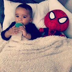Baby Spiderman cuidando a André