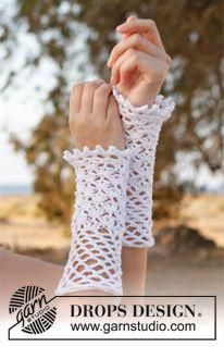 """Myrtle - Crochet DROPS wrist warmers with lace pattern in """"Safran"""". - Free pattern by DROPS Design Crochet Mitts, Crochet Wrist Warmers, Bonnet Crochet, Crochet Gloves Pattern, Crochet Beanie, Crochet Scarves, Free Crochet, Free Knitting, Crochet Granny"""