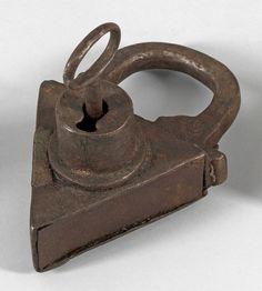 Großes Vorhängeschloss Geschmiedetes Eisen. Großes dreieckiges Vorhängeschloss mit übergreifend — Metalle