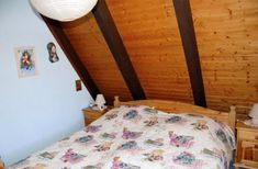 Familienfreundliches und behaglich eingerichtetes Ferienhaus in Immenstaad am Bodensee.Komplett ausgestattet mit zwei getrennten Schlafzimmern, ein 2-Betten-Schlafzimmerund ein 3-Betten-Schlafzimmer, Wohn - Esszimmer mit Tisch und Sitzgruppe -3-Sitzer, 2-Sitzer und 1 Sessel, Esszimmer mit Tisch und 6 Stühle und Einbauschrank, Küche (Einbauküche)vollständig ausgestattet, Bad - WC (im Bad, WC, Waschbecken und Dusche).