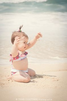 baby girl photo shoot at the beach  http://fotosealbuns.com/blog/2012/10/deu-praia-no-acompanhamento-fotografico-da-beatriz-10-meses/