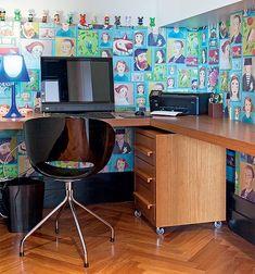 O meio painel de MDF revestido com papel de parede da marca holandesa Eijiffinger fez com que o escritório não passasse despercebido. Boa solução para viabilizar o papel de parede dos sonhos, pois a metragem é pouca. Projeto da arquiteta Andrea Murao