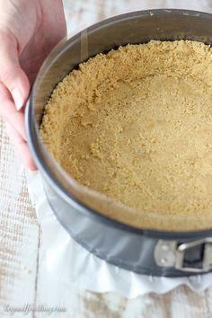 Cómo hacer que la corteza perfecta Oreo sin cocción.  Una de las mejores partes de un pastel o tarta de queso es la corteza.  Estos consejos y trucos para Cómo hacer un sin hornear la corteza en un Springform Pan le ayudarán a preparar la corteza perfecta sin cocción.