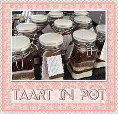 Taart in pot. De volgende ingrediënten doe je in laagjes in de pot:  250 Gr. Bloem, 50 Gr. Cacao, 125 Gr. Witte chocolade geschaafd,125 Gr. Bruine chocolade geschaafd, 80 Gr tafelsuiker,130 Gr bruine suiker, 1tl vanille suiker, 1 tlkaneel, 2 tl bakpoeder, 1/2 tl koekkruiden.   Verwarm de oven voor op 180 graden. Beboter een springvorm van 26 cm. Stort de inhoud van de pot in een beslagkom. Voeg toe, 3 eieren, 125 Gr zachte boter, 125 ml yoghurt. Bak de taart 50 min op 180 graden. Jar Gifts, Food Gifts, Mason Jar Crafts, Mason Jars, Cookie Jars, Teacher Gifts, Cupcake Cakes, Diy And Crafts, Sweets