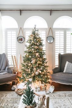 Green and white Christmas decorating ideas - So many lovely natural greenery and cozy neutral decorations in this Christmas living room!
