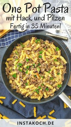 One Pot Pasta mit Hackfleisch und Champignons in einer cremigen Soße ist ein leckeres und einfaches one pot Rezept, das du in nur 35 Min. zubereitest. Perfekt für einen Wochentag, an dem du keine Zeit hast stundenlang in der Küche zu stehen. Mein One-Pot-Pasta Rezept bereitest du in nur einer Pfanne zu. Das heißt kein Abwasch und eine saubere Küche. Ein tolles Familienessen das Kinder lieben. #one-pot-pasta #pasta #nudeln #hackfleisch #rinderhackfleisch #familienessen #kinderessen Ricotta Pasta, One Pot Pasta, Meal Prep, Food Porn, Food And Drink, Vegetarian, Tasty, Lunch, Healthy Recipes