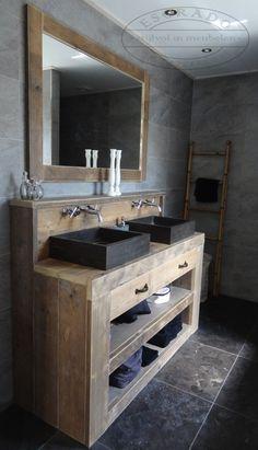 Badkamermeubelen: stoere, robuuste badkamer; beton hout. Ladder voor natte handdoeken!