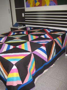 Colcha trabalhada em patchwork com tecido 100% algodão, dupla face (lado colorido e lado lilás). Tamanho: 2,5 m x 2,5 m