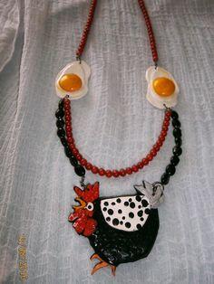"""SERIE """"GALLINE"""" Collana  di media lunghezza con perle di agata nera e corallo…"""