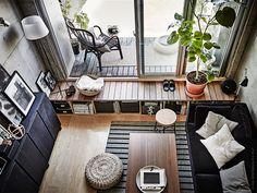 Soffa i svart sammet mjukar upp intrycket och står i fin kontrast till den råa betongväggen, pallar i naturmaterial SINNERLIG pall, i kork, ALSEDA pall i bananfiber, RASKMÖLLE matta är handvävd i ren ull, UPPBO golv/läslampa.