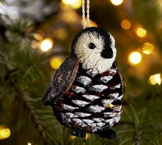 JESIENNE DEKORACJE: Ptak z szyszki powstał poprzez doklejenie mu głowy-pompona z czarnej i białej wełny. Skrzydła to doklejone kawałki kory.