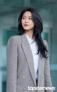 Hawkeye Long Brown Hair, Long Layered Hair, Long Hair Cuts, Black Hair Korean, Korean Long Hair, Chelsea Houska Hair, Hairstyles Haircuts, Funky Hairstyles, Formal Hairstyles
