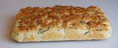Focaccia er et saftig og velsmakende italiensk brød. Dette er den type brød som passer til alt, det egner seg supert som nistebrød, eller… Quiche, Tapas, Bread, Baking, Breakfast, Grilling, Food, Morning Coffee, Brot
