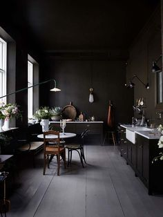 Dark walls: 25 reasons to dare this trend in your interior - # Chec . Dark walls: 25 reasons to dare this trend in your interior - # Chec . Interior Design Kitchen, Interior And Exterior, Kitchen Decor, Interior Office, Kitchen Shelves, Exterior Design, Kitchen Cabinets, Small Kitchen Tables, Sweet Home