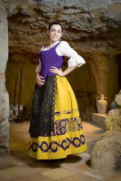 Fiesta de la Vendimia de Requena y comarca. Traje regional típico Folk Costume, Costumes, Cultural Diversity, Culture, Disney Princess, Folk Clothing, Dresses, Women, Embroidery