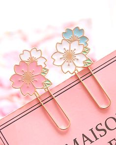 Make your notebook or planner stand out with this beautiful Sakura Cherry Blossom Paper Clip. It can be used as paper clip as well as a bookmark. Each paper clip is individually presented in a transparent box which makes it a perfect little gift. Metal Paper Clips, Kawaii Pens, Kawaii Gifts, Cute Stationary, Stationary Supplies, Planner Supplies, Rose Gold Paper, Cool School Supplies, Pen Shop