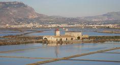 Lungo la costa del capoluogo siciliano le saline utilizzano tecniche di produzione artigianale sin dall'antichità, offrendo uno spunto alternativo per visitare questa zona da un punto di vista differente