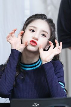 """""""Heejin is the perfect definition of cute and pretty at the same time 🐰💓"""" Kpop Girl Groups, Korean Girl Groups, Kpop Girls, K Pop, Definition Of Cute, Rapper, Photo P, Singing In The Rain, Olivia Hye"""