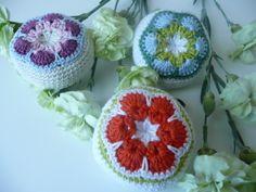 NÁVOD - Crocheted African Flower Pincushion Tutorial