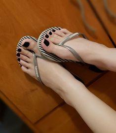 Pretty Toe Nails, Pretty Toes, Feet Soles, Women's Feet, Jennifer Aniston Feet, Girl Soles, Foot Pics, Beautiful Toes, Cute Toes