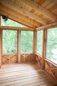 Tennessee Riverbank Treehouse - Pete Nelson - Nelson Treehouse and Supply Screened Porch Designs, Screened In Deck, Screened Porches, Screened Porch Decorating, Patio Design, House Design, Three Season Porch, Enclosed Porches, Casas Containers