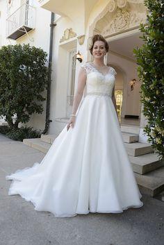 gefunden bei HAPPY BRAUTMODEN         Brautkleid Hochzeitskleid edel elegant romantisch Venus Bridal fließender Rock Spitze große Größe PlusSize Plus Size