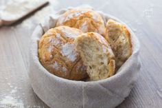 I panini di ricotta sardi sono morbide pagnotte realizzate con un impasto arricchito con ricotta di pecora, croccanti e dorate in superficie!