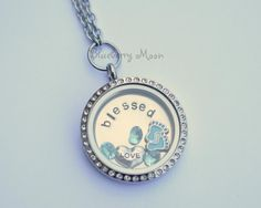 He encontrado este interesante anuncio de Etsy en https://www.etsy.com/es/listing/195320229/new-mom-necklace-floating-charm-glass