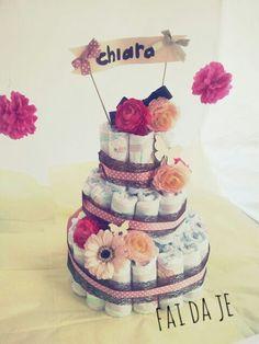 Torta di pannolini con fiori colorati