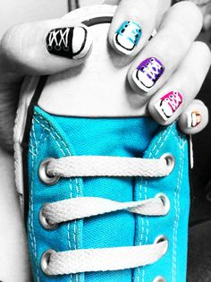 Converse nail art. 8 Converse Nail Art, Cool Converse, Nail Jewelry, Jewelry Tattoo, Cute Nails, Pretty Nails, Chucks Shoes, Sneakers, Finger Nail Art