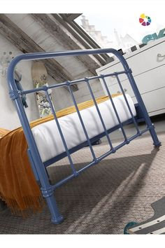 Väčšie deti ju budú milovať. Modrá kovová posteľ je moderná, štýlová a ľahko sa udržiava. Miesto pre spánok je jedným z najdôležitejších a obzvlášť u detí je potrebné dbať na to, aby plnil svoju funkciu dokonale.  Súčasťou postele je rošt. Vhodná veľkosť matraca je 120 x 200 cm, je však potrebné dokúpiť presne taký, ktorý bude na mieru individuálnym potrebám. Bunk Beds, Furniture, Home Decor, Homemade Home Decor, Trundle Bunk Beds, Home Furnishings, Interior Design, Home Interiors, Decoration Home