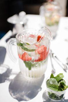 Agua con sabor. Fresa y menta. Boda rústica. Flavoured water buffet for a rustic wedding. Colour glasses. Fruits. Fresh buffet. By Detallerie wedding planners.