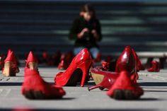 Women in red - Juarez, Messico, scarpe rosse davanti al palazzo di Giustizia. E' la protesta dell'artista Elina Chauvet contro la scomparsa e l'assassinio di numerose donne nel 2012.
