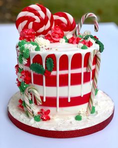 We firmly believe that the best Christmas cake will impress your friends and family. We've collected more than 30 of the best Christmas cake ideas, they are simple and easy to impress. Christmas Cake Decorations, Christmas Cupcakes, Christmas Sweets, Holiday Cakes, Christmas Goodies, Christmas Baking, Holiday Treats, Easy Christmas Cake, Xmas