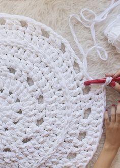 Items similar to Round lace with handmade crochet with trapillo rug on Etsy Crochet Mat, Crochet Carpet, Crochet Rug Patterns, Crochet Mandala Pattern, Quick Crochet, Crochet Home, Learn To Crochet, Crochet Doilies, Cotton Cord