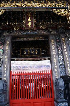 Do you like the antique feeling~ This one is Longshan temple at Mengjia!  It was built around 18 century! Preserved well, right