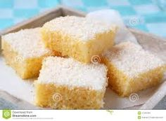 2 xic. de semolina, 1 xic. de coco ralado, 3/4 xic. de açucar, 2 col. (cha) de fermento em pó, 3/4 xic. de oleo, 2 ovos, 2 col. (cha) de baunilha (po ou liq), 1 1/2 de leite. Misture o ovo e a baunilha separadamente e adicione os outros ingredientes. Não precisa usar batedeira, é só misturar tudo com a colher. Depois de pronto regue com leite consensado diluido em um pouquinho de leite e polvilhe com coco ralado por cima.
