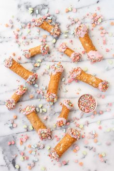 Recipe for Colorful Homemade Cannolis with Lucky Charm Marshmallow Sprinkles Köstliche Desserts, Delicious Desserts, Dessert Recipes, Yummy Food, Homemade Cannolis, Homemade Breads, Yummy Treats, Sweet Treats, Lucky Charms Marshmallows