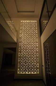 """Pratik montaj olanağı, hafif ve sağlam yapısı, nakliye kolaylığı, birçok renk, desen ve aydınlatma seçeneğiyle 3D Wall """"Spline""""; farklı çizgi ve tarzıyla dekorasyon sektöründe kendi modasını yaratıyor."""
