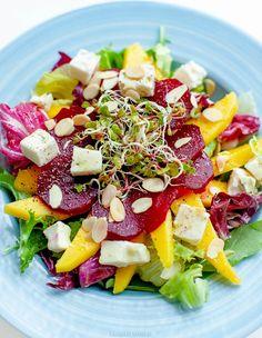 Sałatka z mango, buraczków, płatków migdałów i sera gorgonzola. Nicoise Salad, Cobb Salad, Breakfast Salad, Fava Beans, Raw Vegetables, Beets, Fruit Salad, Mango, Manga