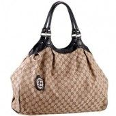The black leather trimmings offer an effective look to this large and spacious Gucci Sukey tote bag.