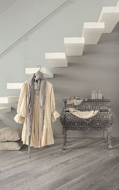 Collection Art&Design, parquet Decapé Grafite by Woodco Grey Hardwood Floors, Engineered Hardwood Flooring, Grey Flooring, Wood Floor Finishes, Refinish Wood Floors, Living Comedor, Austin Homes, Flooring Options, Staircase Design
