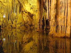 La grotta prende il suo nome dalla divinità romana del mare, Nettuno, è gestita dall'Azienda Autonoma di Soggiorno e Turismo di Alghero.