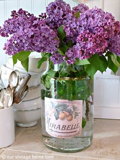 ahh spring is in full bloom and i LOVE fresh lilacs in a vintage vase! :)