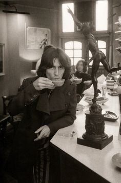 George Harrison by Don McCullin / Day in the Life of the Beatles. George Harrison and you can see John Lennon at the rear of the cafe. George Harrison, John Lennon, Ringo Starr, Paul Mccartney, Great Bands, Cool Bands, Beatles Love, Beatles Photos, Beetles