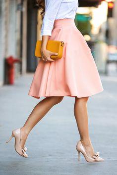 Geniale Styling-Tipps für Midi-Röcke findet ihr auf gofeminin.de