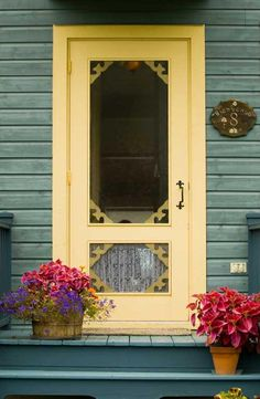 Love the country screen door - I love wooden screen doors! Old Screen Doors, Wooden Screen Door, Old Doors, Windows And Doors, Vintage Screen Doors, Vintage Doors, Antique Doors, Yellow Front Doors, Cottage Style