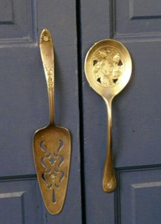 .Buena idea para reusar nuestras cucharas y palas de la cocina.  Agarraderas de puertas.