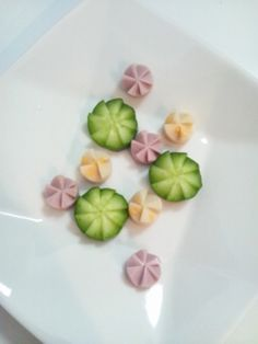 キュウリにジグザグに包丁を差し込んで作る「花」は、キュウリ以外に円形状の野菜やソーセージにも代用できるので、お弁当やおせち、おもてなしの時に役立つ切り方です。